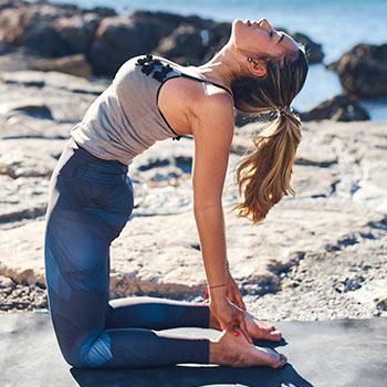 postura del camello ustrasana  posturas de yoga