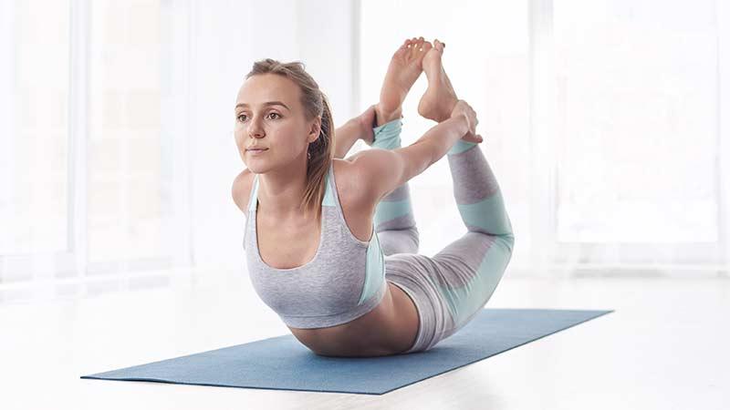 posturas de yoga para la ansiedad: dhanurasana